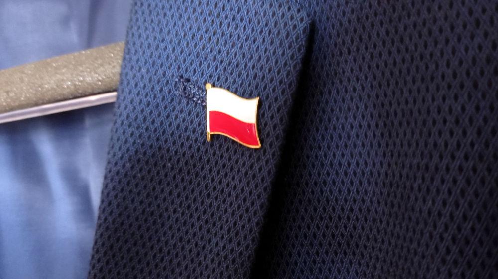 Polska flaga w klapie marynarki. Kto może nosić?